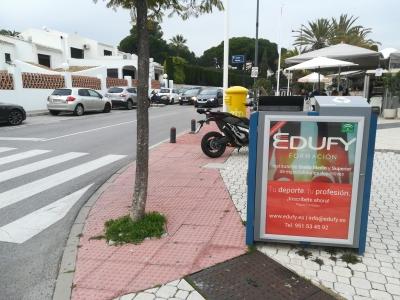 Papelera publicitaria de 100x70 cm en Marbella, Málaga