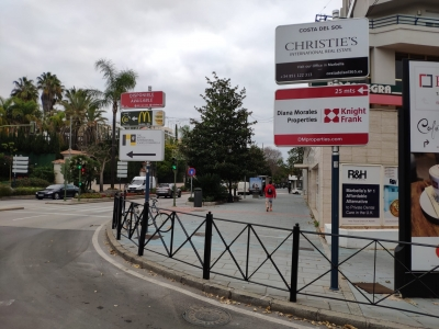 Poste publicitario de 150x50 cm en Marbella, Málaga